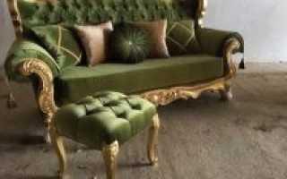 Темно-зеленый диван – яркий акцент в интерьере гостиной