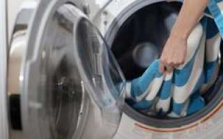Как стирать байковое одеяло (для новорожденного, взрослого): можно ли в стиральной машине, как обработать вручную, чем лучше?